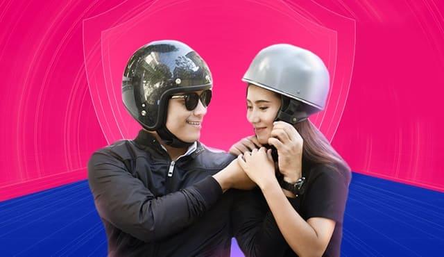 Người đi xe gắn máy phải chấp hành nghiêm việc đội mũ bảo hiểm