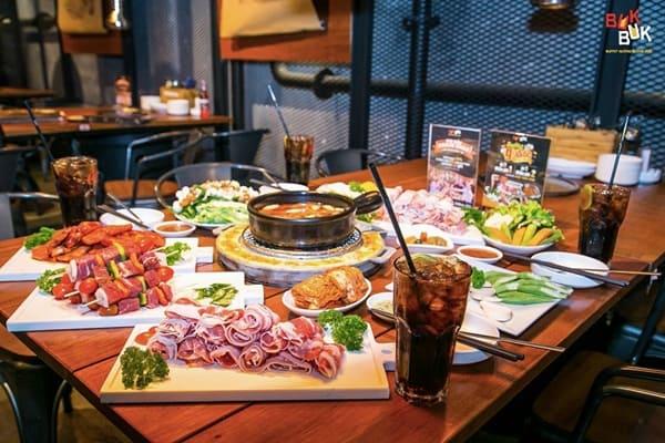 Buk Buk là một nơi bạn bè tụ tập sau giờ làm căng thẳng, thoải mái trò chuyện và thưởng thức những món nướng đặc sắc.