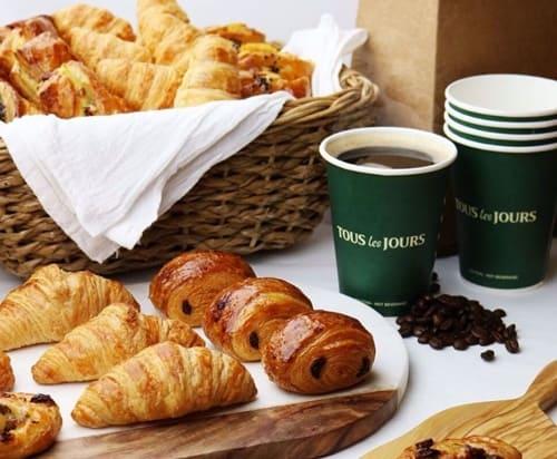 Đến Tous Les Jours để thưởng thức bánh tươi và ngon mỗi ngày. Một buổi sáng cuối tuần, bạn hãy dành thời gian nghỉ ngơi và thưởng thức combo một cốc Latte nóng và bánh Croissant (bánh sừng bò) nhé!