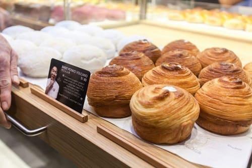 Chỉ với mức giá dao động từ 20.000 đến 35.000 đồng, bạn đã có thể thưởng thức một chiếc bánh ngon tại BreadTalk.