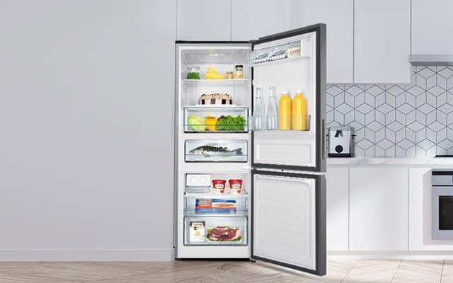 Tủ lạnh ngăn đá dưới sẽ không phù hợp với những gia đình không thích gập người xuống để lấy thức ăn từ ngăn đông