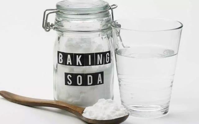 Baking soda dễ dàng mua được ở các cửa hàng, là thứ không thể thiếu trong căn bếp mỗi nhà