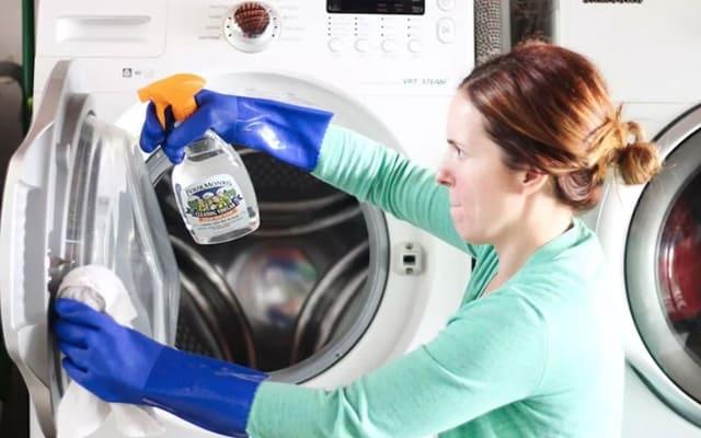 Pha loãng baking soda và lau nhẹ bên ngoài máy giặt