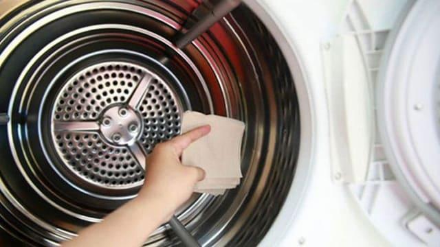 Thực hiện xong chu trình, bạn xả hết nước và dùng khăn sạch lau khô lồng giặt