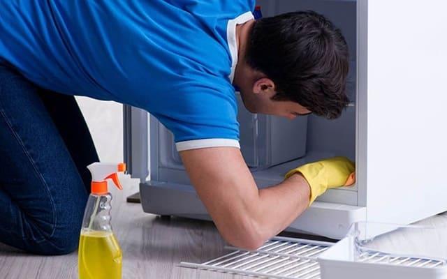 Vệ sinh tủ lạnh cũ đã qua sử dụng thường xuyên