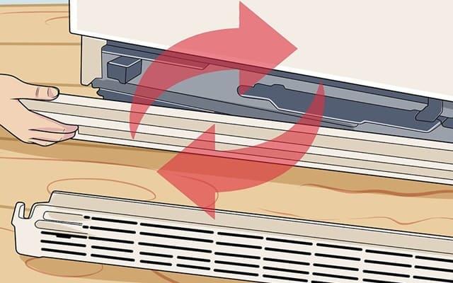 Kiểm tra lưới tản nhiệt của tủ lạnh cũ đã qua sử dụng