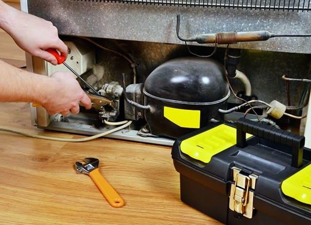 Kiểm tra dây nhợ của tủ lạnh cũ đã qua sử dụng