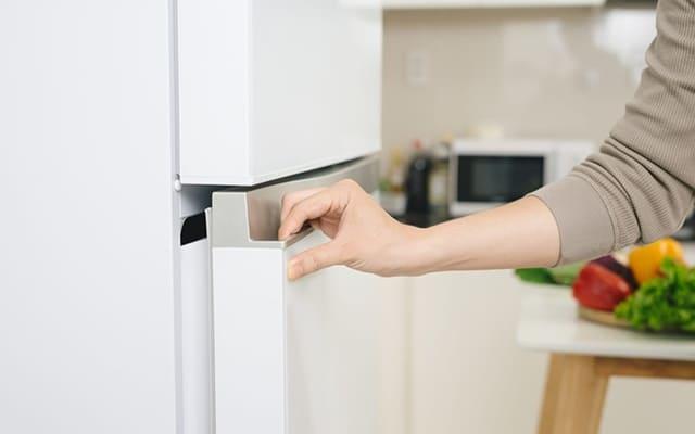 Kiểm tra bên ngoài tủ lạnh cũ đã qua sử dụng
