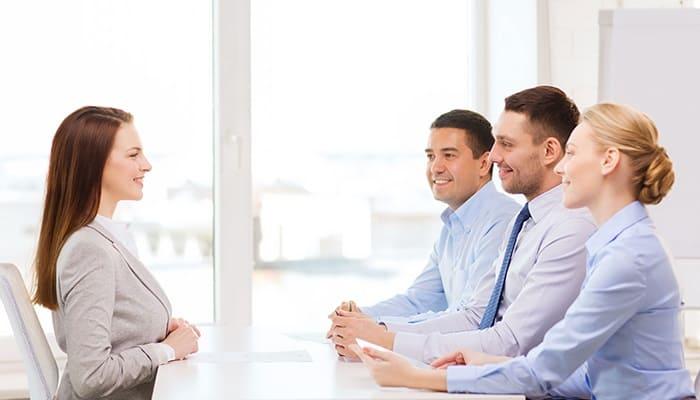 Tự tin giới thiệu bản thân sẽ giúp bạn ghi điểm trong mắt nhà tuyển dụng