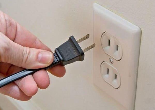 Đừng quên tháo phích điện khi vệ sinh tủ lạnh
