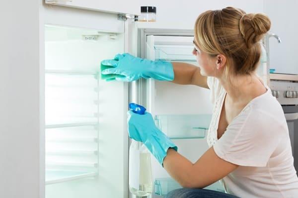 Nên xịt khử mùi khi vệ sinh tủ lạnh