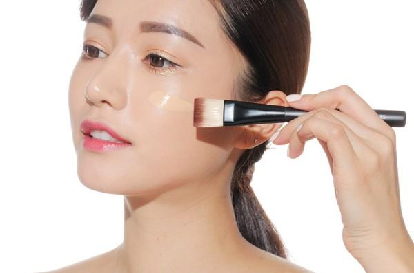 Với làn da dầu, bạn nên dùng các loại kem nền dành riêng cho da dầu