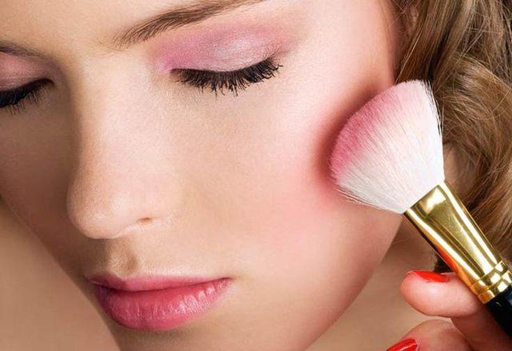 Khi lựa chọn phấn má hồng cho da dầu, bạn không nên lựa chọn những tông màu rực rỡ