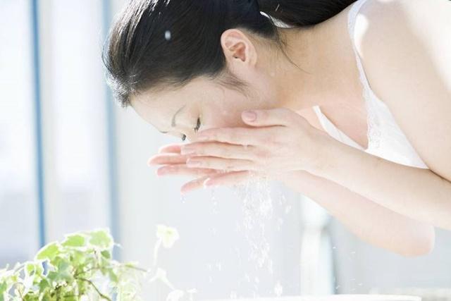 Bạn cần rửa mặt thật sạch trước khi trang điểm