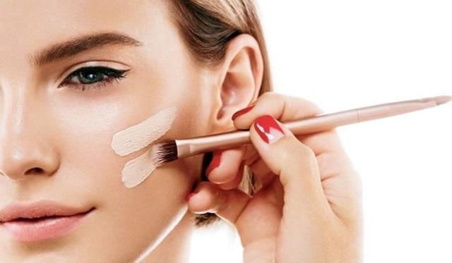 Tạo một lớp nền mỏng nhẹ sẽ giúp cho làn da bạn mịn màng không tì vết