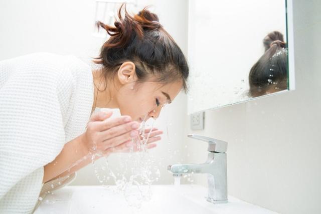 Rửa mặt sạch và tạo độ ẩm cho da mặt là bước rất quan trọng